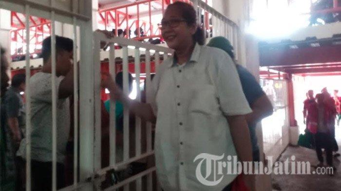 Jelang Hadapi Sidang Vonis, Mak Susi Disambut Belasan Pendukung di Pengadilan Negeri Surabaya
