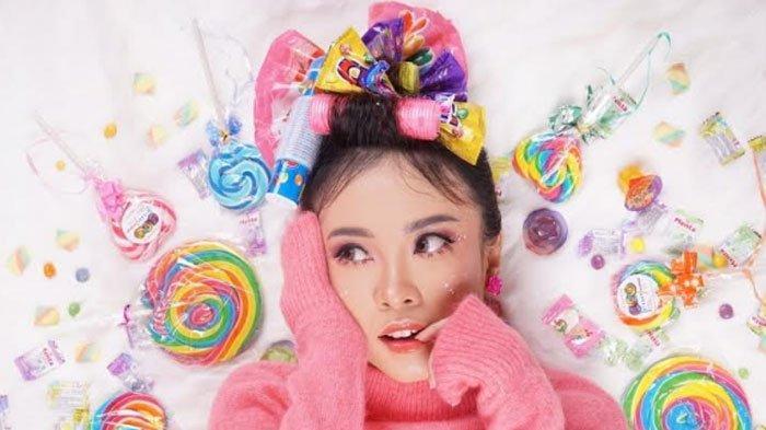 Tutorial Makeup Ala Lolipop MUAAngelina Mustafa, Pinky Look Jadi Fokus di Bagian Mata: Cutie!
