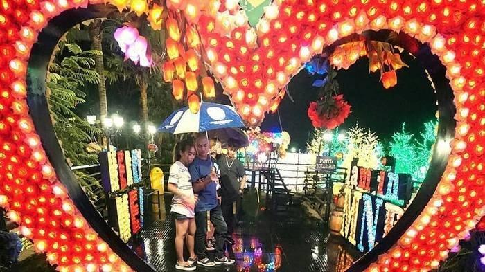 Malang Night Paradise menawarkan keindahan lampu warna-warni yang bisa kamu nikmati di malam hari.