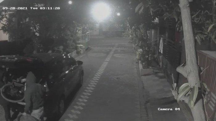 Maling Sepeda Angin Terekam CCTV, Sempat Copot Roda Terlebih Dahulu di Teras