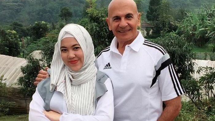 Mark Sungkar, ayah Zaskia Sungkar dan Santi, istrinya.