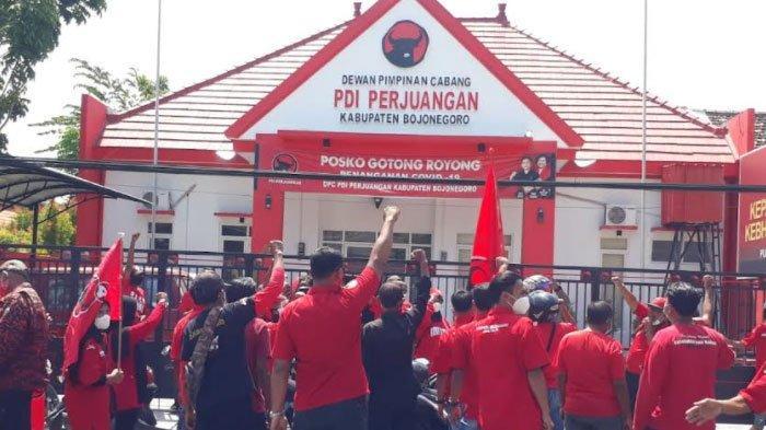 Geruduk Kantor DPC PDIP Bojonegoro, Massa Banteng Beri Dukungan ke Wabup Budi Irawanto
