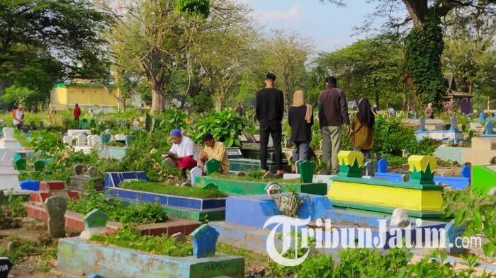 Jelang Lebaran Idul Fitri, Kuburan Muharto di Malang Ramai Dikunjungi Warga untuk Nyekar
