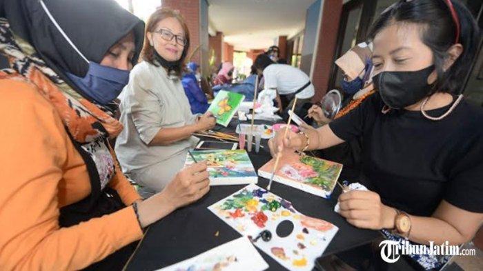 Tunggu Waktu Buka Puasa Ala Nabasa Institut Jawa Timur, Ajak Ibu-ibu Surabaya Melukis di Kanvas