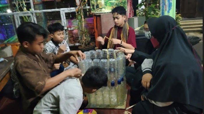 Upaya Kurangi Sampah Plastik, Mahasiswa UMM Ajarkan Anak Pondok Buat Tempat Sampah dari Botol Bekas