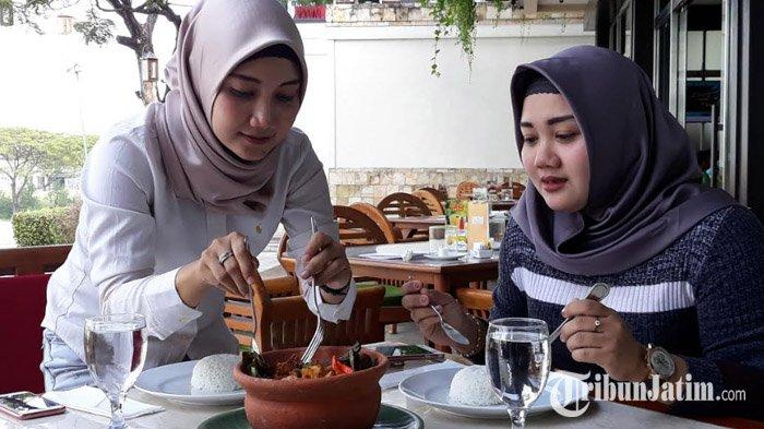 Ayam Barapen ala Palimanan Resto & Cafe, Sensasi Makan Ayam yang Dibakar Menggunakan Batu Alam