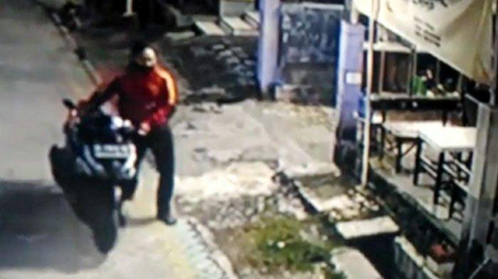 Aksi Gondol Motor Tak Dikunci di Rumah Mojokerto Terekam CCTV, Pelaku Berjaket Melenggang Bawa Motor