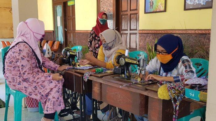 Masker Langka, Relawan Covid-19 di Sumenep Ramai-ramai Bikin APD, Bagikan Masker Gratis ke Warga