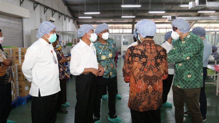 Menko PMK Muhadjir Effendi Cek Produksi Obat untuk Pasien Covid-19 di Sidoarjo