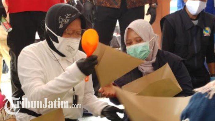 Kunjungi Korban Banjir, Mensos Risma sampai Ikut Bungkus 3000 Nasi Bantu Relawan, Tampak Telaten