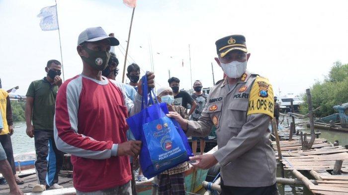 AKBP Miko Indrayana Pilih Temui Nelayan Desa Sedayulawas di Atas Perahu untuk Serahkan Sembako