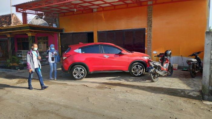 Mobil baru di halaman rumah yang dibeli warga Desa Sumurgeneng, Kecamatan Jenu Tuban