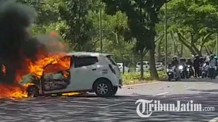 Diduga Sopir Ngantuk, Mobil Tabrak Pohon Mahoni hingga Terbakar di Akses Suramadu Sisi Bangkalan