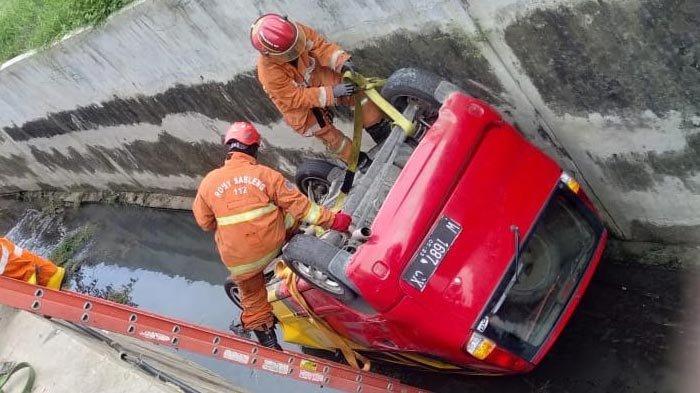 Mobil Hyundai Terperosok Selokan hingga Terbalik di Surabaya, Pengemudi Baru Lihai Nyetir Seminggu