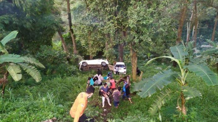 2 Mobil Meluncur Masuk Jurang di Jalur Cangar-Pacet Mojokerto, Satu Penumpang Anak-anak Kritis