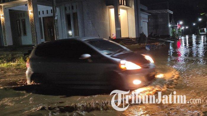 Mobil menerjang banjir di Kelurahan Purbosuman, Kecamatan/Kabupaten Ponorogo, Rabu (3/2/2021).