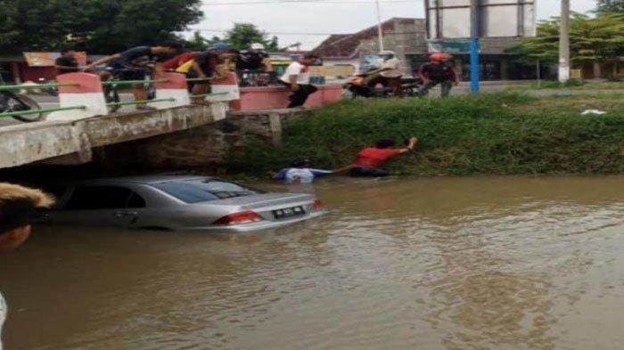Hindari Pemotor yang Belok Tiba-tiba, Mitsubishi Lancer Nyemplung ke Sungai Desa Teguhan Madiun