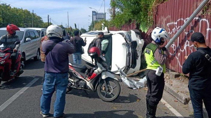 Sopir Hilang Konsentrasi, Mobil Innova Putih Tabrak Tiang Listrik di Frontage Ahmad Yani Surabaya