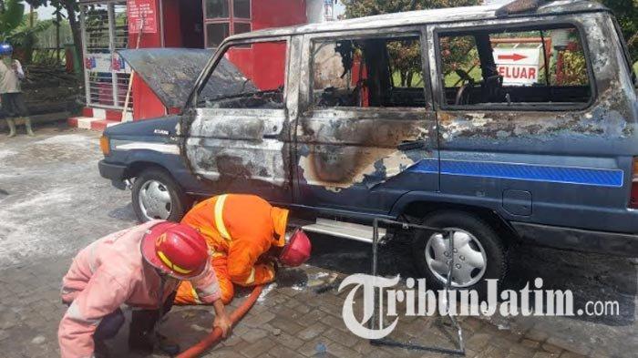 Ditinggal Sebentar Pengemudi Antre BBM di SPBU Trenggalek, Mobil Kijang Mendadak Hangus Terbakar