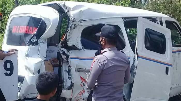 Mobil Sales Tertabrak Kereta Api di Perlintasan Tanpa Palang Pintu di Jember, Dua Orang Terluka