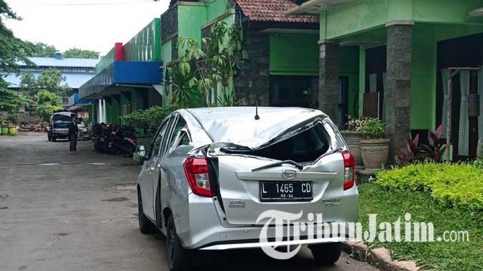 Dahan Pohon Mahoni di Malang Mendadak Patah, Timpa Mobil hingga Alami Rusak Parah