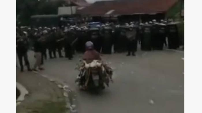 Viral Emak-emak Naik Motor Bawa Puluhan Bebek Terobos Barikade Polisi saat Demo, Ini Kronologinya