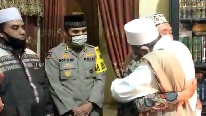 Momen 'Damai' Pria Jubah Putih dengan Petugas PSBB Surabaya, Penuh Haru, Asmadi Diajak Habib Umrah