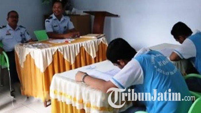 Dua Napi Ikut Ujian Nasional Paket C di Lapas Jombang, Dijaga Ketat 3 Petugas