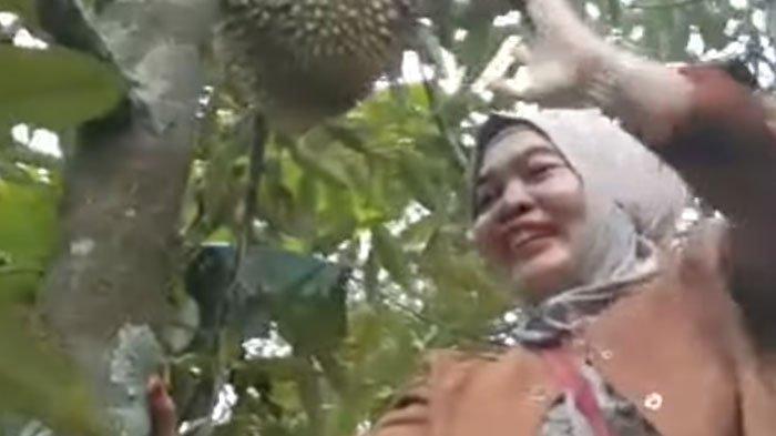 Sambil Dikawal Polisi, Ningsih Tinampi Sebut Dirinya Dilamar Juragan, Manjat Pohon Durian: Guyon