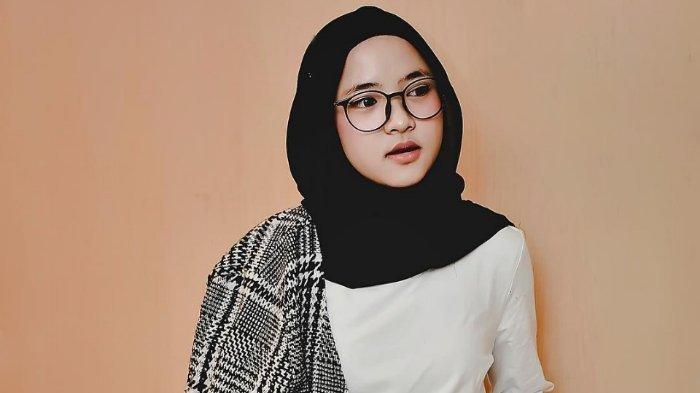 Nissa Sabyan yang viral di media sosial karena ucapan kata gelay setelah skandal perselingkuhan.