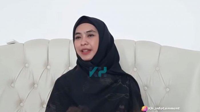 Oki Setiana Dewi ungkap acara lamaran Ria Ricis dan Teuku Ryan batal digelar di pesantren.