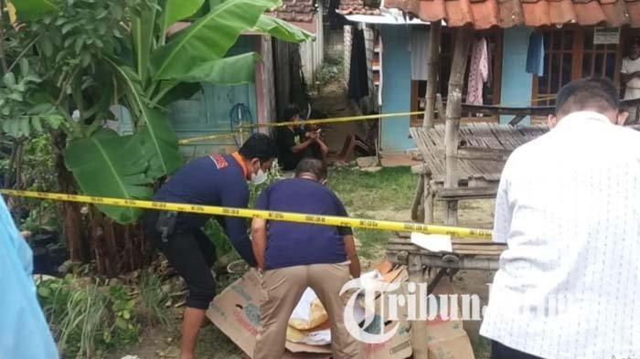 Petugas saat melakukan olah TKP pembacokan teman di Tuban yang terjadi di tepi jalan Desa Hargoretno, Kecamatan Kerek, Jumat (10/9/2021).