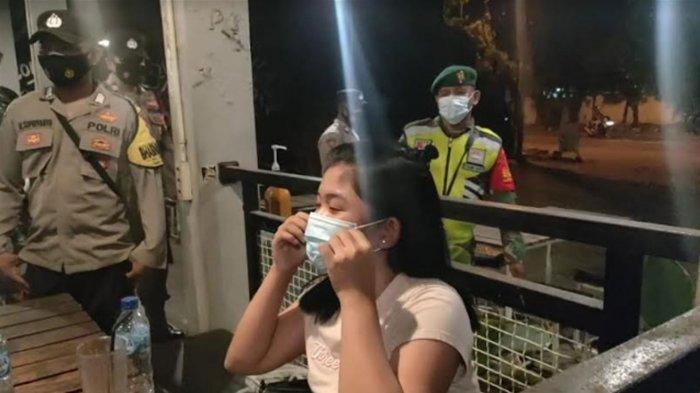 Cegah Covid-19 Saat Ramadan 2021, TNI-Polri di Gresik Wanti-wanti Prokes: Ayo Maskernya Dipakai!