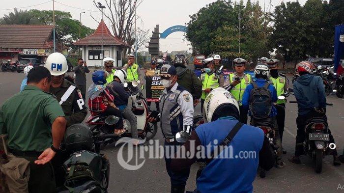 Operasi Patuh Semeru, Polres Gresik Beri Hadiah untuk Pengendara Tertib Bawa Surat-surat Kendaraan