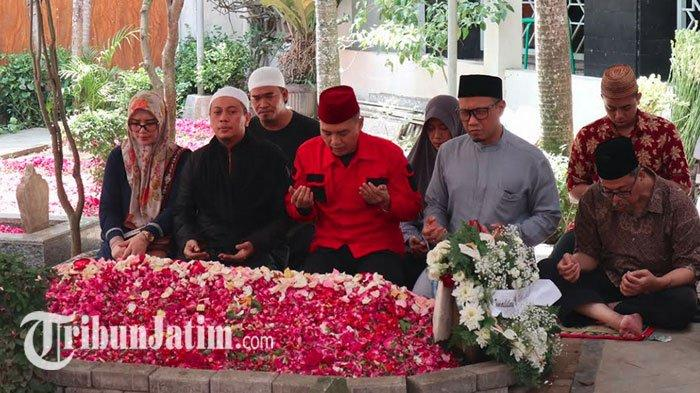 Penyanyi Religi Opick Ziarah ke Makam Gus Sholah, Kepergian Almarhum Disebut Kesedihan Mendalam