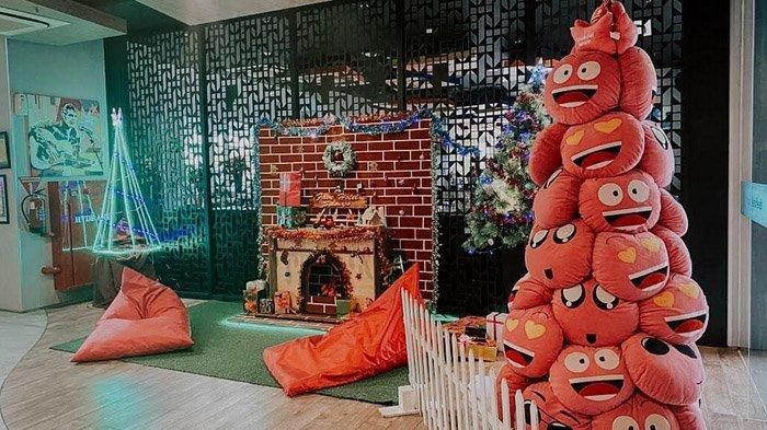 Ramaikan Natal dan Tahun Baru 2021, Favehotel Sidoarjo Buat Pohon Natal Unik dari Bantal Emoticon