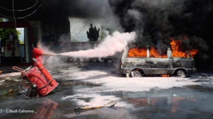 BREAKING NEWS - Mobil Suzuki Carry Hangus Terbakar di SPBU Pamekasan
