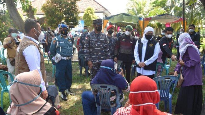 Serbuan 10 ribu Vaksin di Bawean, Bupati Bersama Gubernur, Pangkoarmada Naik Helikopter