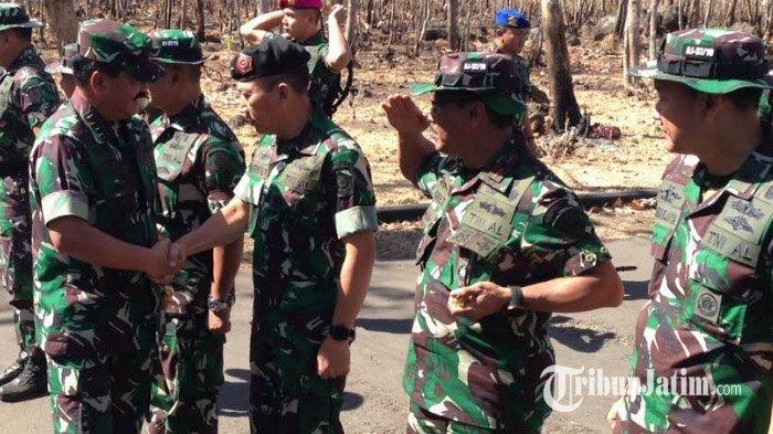 Panglima TNI Hadi Tjahjanto Saksikan Langsung Latihan Perang Armada Jaya ke-37 di Perairan Banongan
