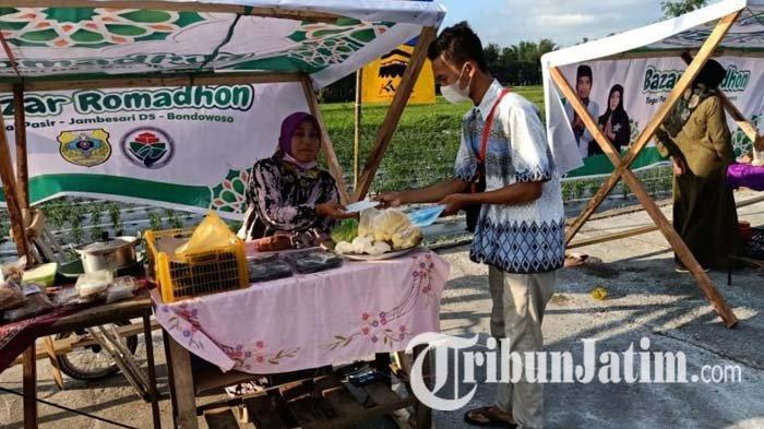 Panitia Bazar Ramadhan UMKM 2021 Desa Tegal Pasir Bondowoso membagikan masker kepada penjual dan pengunjung, Rabu (21/4/2021).