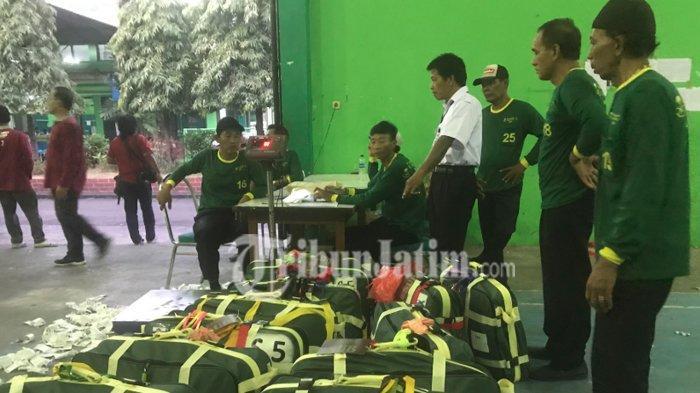 Koper Calon Haji Bangkalan Dibongkar PPIH Embarkasi Surabaya, Rokok Hingga Obat-Obatan Disita