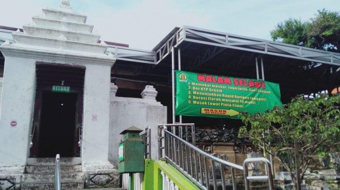 Pantau penerapan protokol kesehatan di wisata religi Makam Sunan Giri, Minggu (16/5/2021).