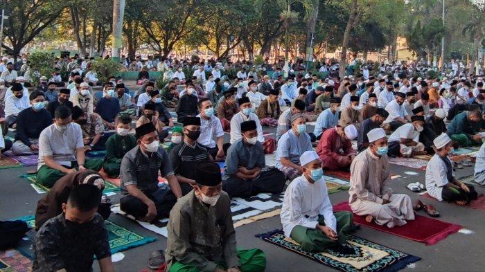 Jamaah Salat Idul Fitri di Bondowoso Simpan Sandal di Kantung Plastik untuk Hindari Kerumunan