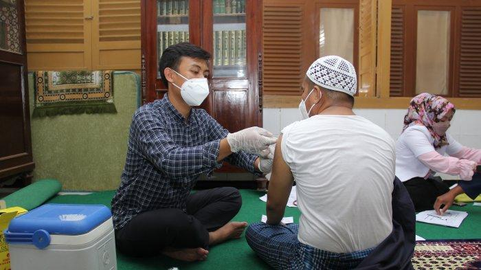Para Kiai Muda di Sampang Madura Ikuti Vaksinasi Covid-19