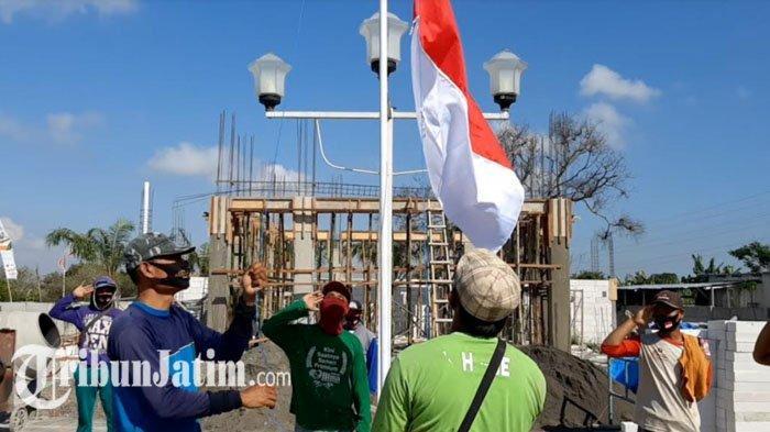 Peringati HUT RI ke-75, Kuli Bangunan Gresik Gelar Upacara Kemerdekaan di Lokasi Pengerjaan Proyek