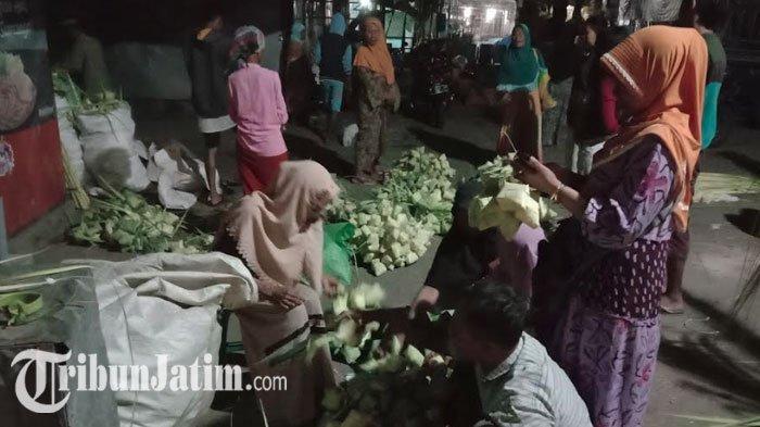 Warga Pamekasan Mulai Berburu Ketupat & Janur di Pasar Tradisional Kolpajung Jelang Lebaran Ketupat