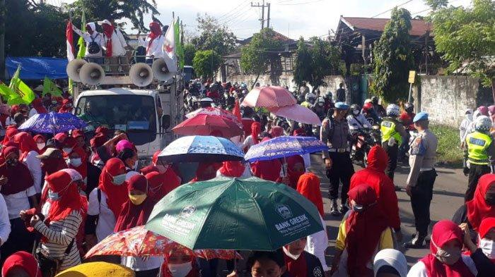 Tiga Hari Unjuk Rasa, Ribuan Buruh Pabrik Sandal dan Sepatu di GresikGagal Dapat Upah