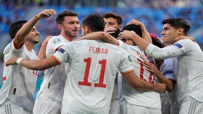 Para pemain Spanyol merayakan setelah mencetak gol pembuka pada pertandingan sepak bola perempat final UEFA EURO 2020 antara Swiss dan Spanyol di Stadion Saint Petersburg di Saint Petersburg pada 2 Juli 2021.