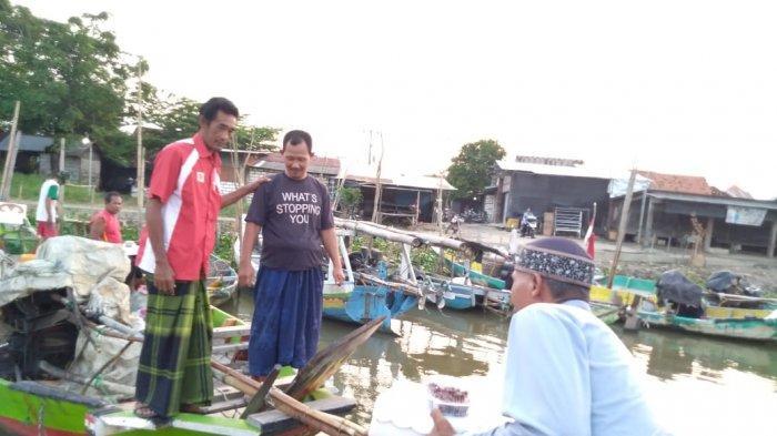 Susur Sungai Bengawan Solo, Pemuda di Gresik Bagikan Takjil di atas Kapal Kepada Para Nelayan