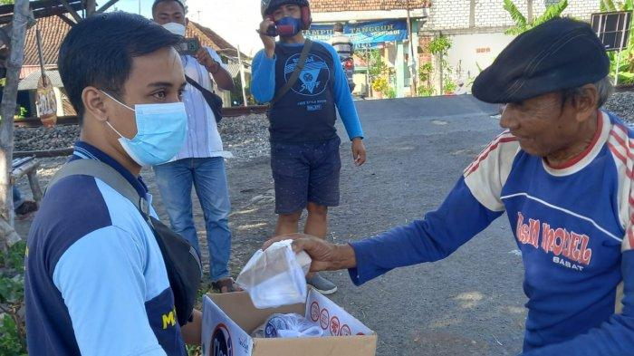 Para pemuda Sukodadi membagikan ratusan nasi bungkus kepada warga terdampak pandemi Covid -19 untuk meringankan beban warga, Jumat (13/8/2021).